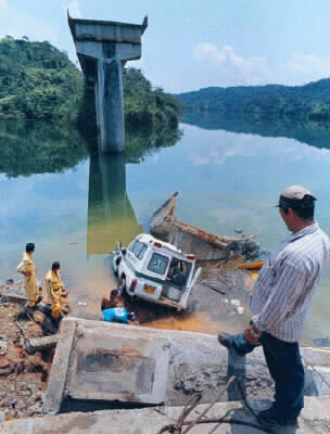FARC-EP bridge destroyed - puente destruido por las farc